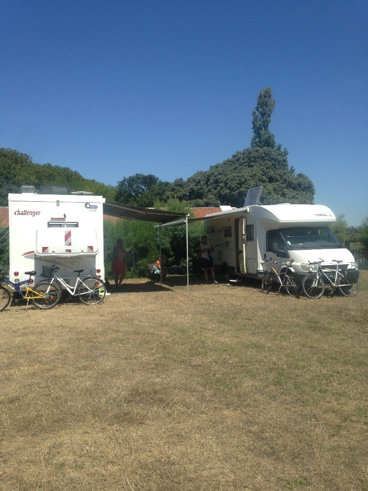 Aire camping-car à Saint-Gilles (30800) - Photo 1
